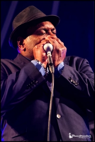 Keith-Dunn-2-hand-with-mic-blue